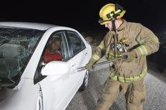 La puerta de coche de Trying To Open del bombero Fotografía de archivo