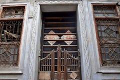 La puerta de desplazamiento pasada de moda tradicional del woode imagen de archivo