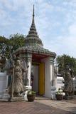 La puerta de la entrada a Wat Pho protegió sea dos guardas chinos imagen de archivo