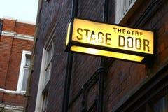 La puerta de etapa firma adentro Londres Fotos de archivo