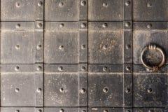 La puerta de la fortaleza antigua se cubre con hierro foto de archivo libre de regalías