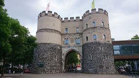 La puerta de Hahnentorburg en Colonia fotos de archivo