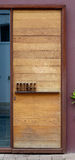 La puerta de la casa de Planked diseñó con la entrada francesa de la palabra imágenes de archivo libres de regalías