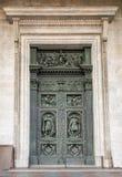 La puerta de la catedral de Isaac del santo en St Petersburg, Rusia Imágenes de archivo libres de regalías