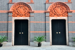 La puerta de la configuración dos con talla al detalle Fotografía de archivo