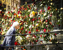 La puerta de la flor delante de edificios del gobierno Imágenes de archivo libres de regalías