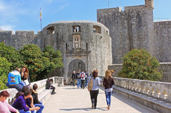 La puerta de la pila en Dubrovnik es la vieja puerta de piedra del siglo XVI Imagen de archivo