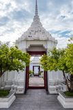 La puerta de Loha Prasart o del castillo del metal en Wat Ratchanadda en Bangkok, Tailandia fotos de archivo