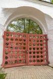 La puerta de madera en la pared de ladrillo Imagen de archivo libre de regalías