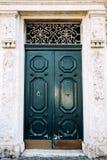La puerta de madera de la entrada Ventanas viejas hermosas en Roma (Italia) Imagen de archivo
