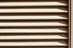 La puerta de madera pintó blanco caliente bajo luz del sol de la tarde Imagen de archivo libre de regalías