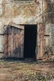 La puerta de madera se derrumbó en el almacén abandonado viejo de la fábrica Fotos de archivo libres de regalías