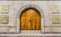 La puerta de madera y la pared de piedra de Jing'an Temple Foto de archivo