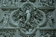 La puerta de Milan Cathedral Imagen de archivo libre de regalías