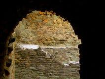 La puerta de piedra arruina el castillo medieval del fuerte viejo Imagen de archivo libre de regalías