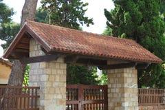 La puerta de piedra con las tejas en el tejado adornó la fachada Imagen de archivo