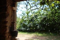 La puerta de un granero en el campo Fotos de archivo libres de regalías