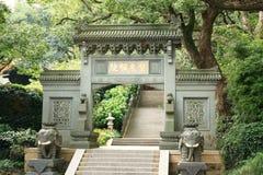 La puerta de un templo imagenes de archivo