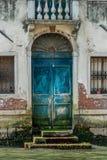 La puerta de una casa veneciana Imagen de archivo libre de regalías