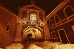 La puerta del amanecer en Vilnius en la noche Foto de archivo libre de regalías