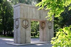 La puerta del beso de Constantin Brancusi, Targu Jiu, Rumania Imagenes de archivo