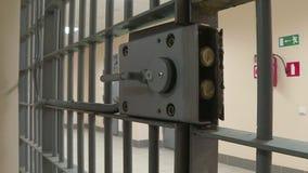 La puerta del hierro en la prisión almacen de video