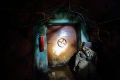 La puerta del metal en el refugio de bomba foto de archivo