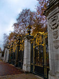 La puerta del parque verde en Londres Fotos de archivo