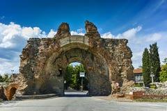 La puerta del sur conocida como los camellos de romano antiguo, fortalecimientos en Diocletianopolis, ciudad de Hisarya, Bulgaria Imagen de archivo