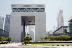 La puerta - edificio principal del centro financiero de Dubai International Imagenes de archivo