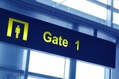 La puerta firma adentro un aeropuerto Fotografía de archivo