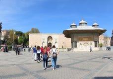 La puerta imperial del palacio de Topkapi y de la fuente Imágenes de archivo libres de regalías