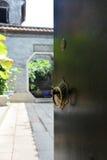 La puerta larga de madera tradicional del viaje de la arquitectura lingnan del estilo Foto de archivo libre de regalías