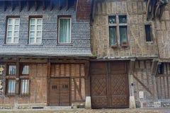 La puerta, las puertas y las ventanas en casas medievales Imágenes de archivo libres de regalías