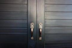La puerta negra en la casa fotografía de archivo libre de regalías