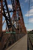 La puerta para el tren a la Praga - cerque el puente con barandilla sobre el río Imagen de archivo libre de regalías
