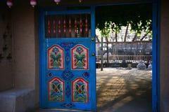 La puerta principal de las viviendas de la característica del Uighur Imagen de archivo