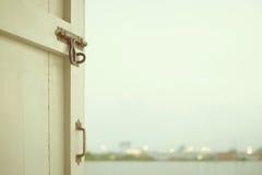 La puerta que se abre en el exterior Imagen de archivo