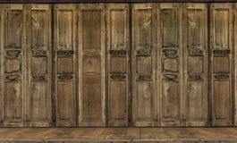 La puerta retra del estilo Puerta de madera del vintage tailandés del estilo fotos de archivo