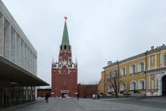 La puerta roja de la torre de la entrada con la estrella roja en la Moscú el Kremlin Foto de archivo libre de regalías