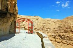 La puerta roja en un camino de la montaña Imagen de archivo