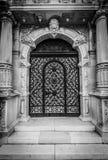 La puerta se cierra al no iniciado Imagen de archivo