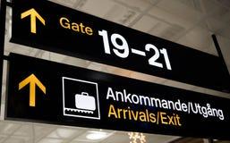 La puerta sueca de las llegadas firma adentro el aeropuerto Imágenes de archivo libres de regalías