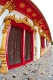 La puerta tailandesa del templo (cemento y compuesto de madera) Imagen de archivo