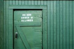 La puerta trasera a la barra vieja Imagenes de archivo