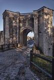 La puerta y los terraplenes medievales de la ciudad Fotografía de archivo
