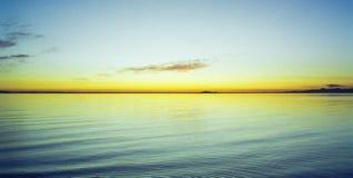 La puesta del sol únicamente coloreada echa tonalidad del oro amarillo el Océano Pacífico Fotos de archivo libres de regalías