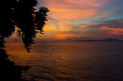 La puesta del sol anaranjada refleja en el fondo marino Fotos de archivo libres de regalías