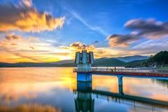 La puesta del sol arquitectónica de la belleza con las nubes del hidrógeno lleva para centrar torres imaginarias Imagenes de archivo