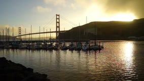 La puesta del sol baja puerto deportivo negro de la playa de las arenas de puente Golden Gate almacen de video